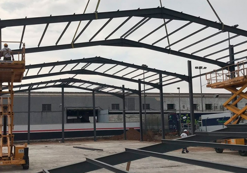Construcción de nave industrial destinada a exposición y taller de vehículos industriales (Córdoba)